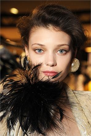 Un makeup ispirato alla Hollywood anni Trenta, ma dai toni nude moderni