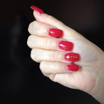 Unghie in gel rosso ciliegia con strass oro